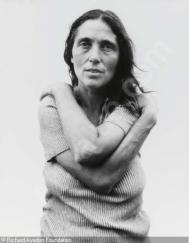 June Leaf, escritora, 1975. A intensidade de seu olhar é belíssima. O abraço em si mesma completa o quadro com uma delicadeza intensa