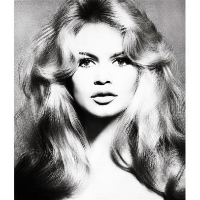 Brigitte Bardot, atriz, 1959. O desfoque nos cabelos dá a sensação de movimento, e fixa nosso olhar no dela