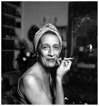 Diana Vreeland, colunista e editora de moda. Divertidíssima com seu cigarro