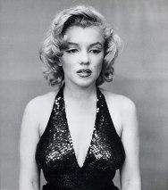 Marilyn Monroe, atriz, 1957. Humanizar é preciso: você já tinha visto alguma imagem em que a Marilyn não estivesse queridinha para o público? Aqui, ela aparenta estar só consigo mesma
